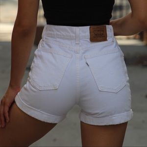 White Vintage Levi's mom shorts sz24